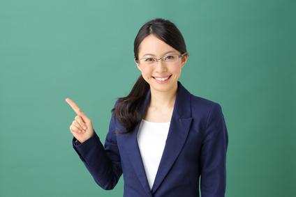 指差す教師・女性