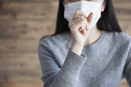 咳する女性