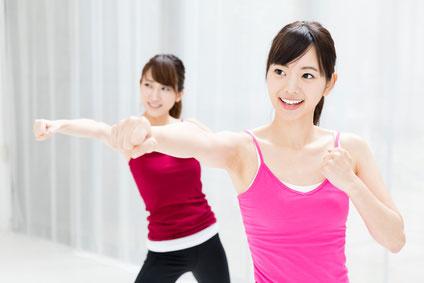運動しながら笑う女性